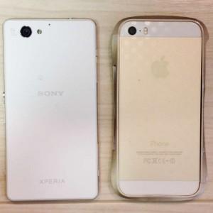 左がXperiaJ1Compact、右がiPhone5S