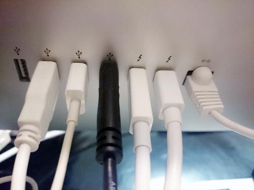 iMacにもThunderboltケーブルを挿す